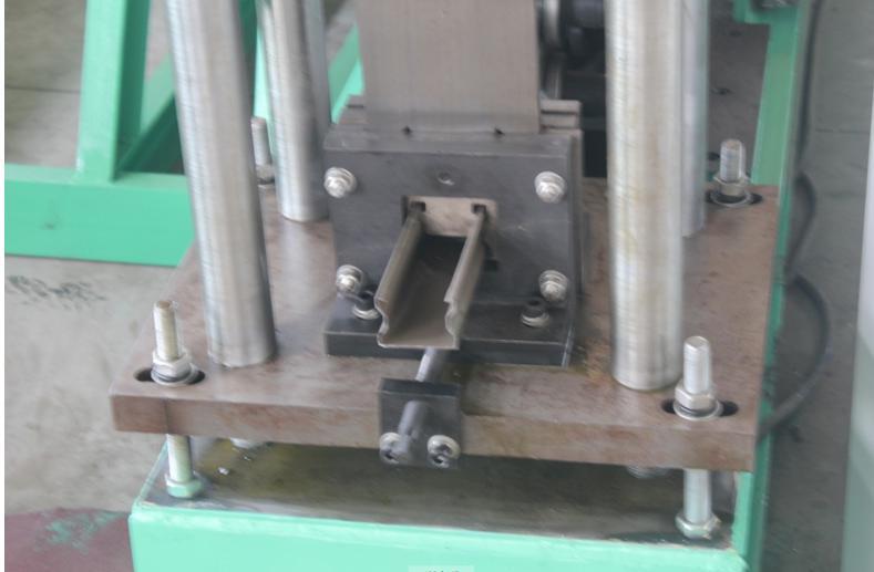 Light duty upright pillar roll forming machine