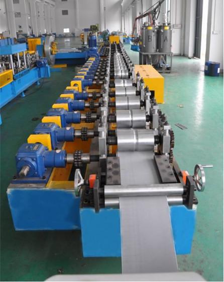 PU foamed roller shutter door roll forming machine
